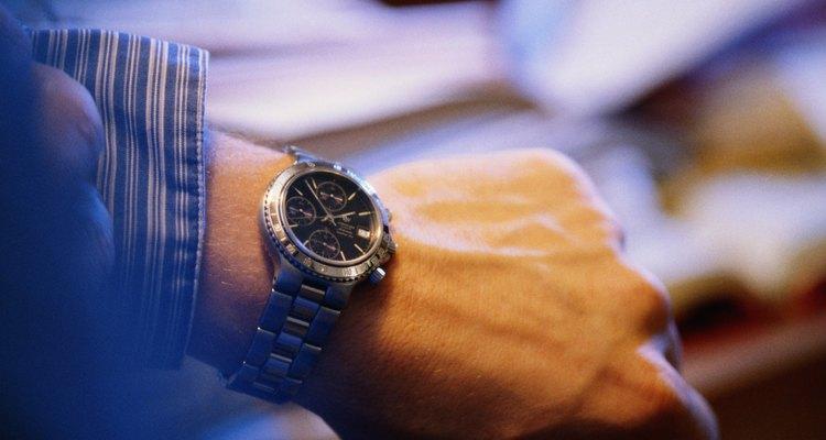 Como tirar riscos de um relógio de titânio