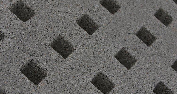 La idea de colocar los bloques de hormigón apilándolos, ofrece varias posibilidades decorativas.