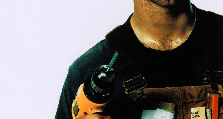 Perfora agujeros en los puntos marcados donde los soportes serán puestos utilizando un taladro eléctrico.