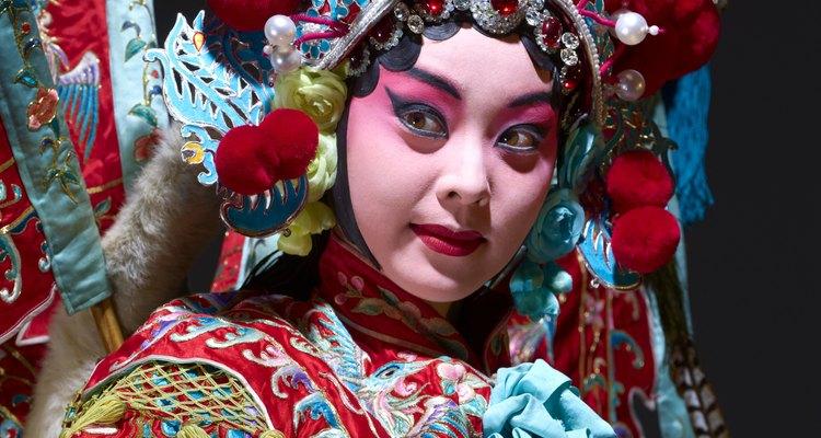 Los trajes de ópera chinos suelen representar la historia de las naciones.