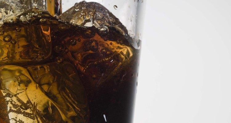 El refresco promedio de 12 onzas (0,36 litros) tiene 9 cucharaditas de azúcar y 140 calorías.