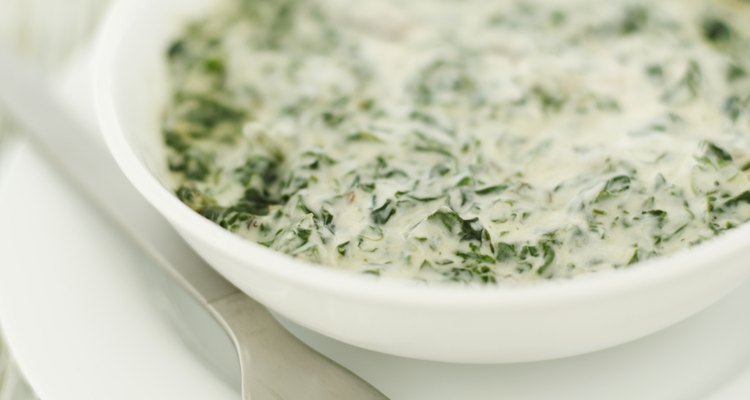 Sirve espinacas a la crema con el bacalao.