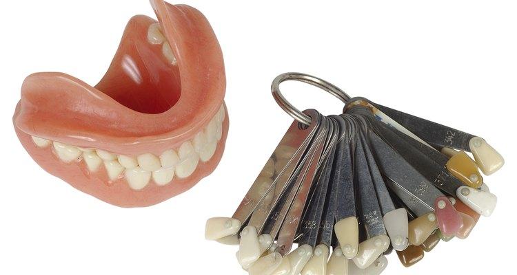 Aquí está cómo hacer tus propios dientes postizos para películas caseras, fiestas de Halloween o simplemente momentos divertidos.