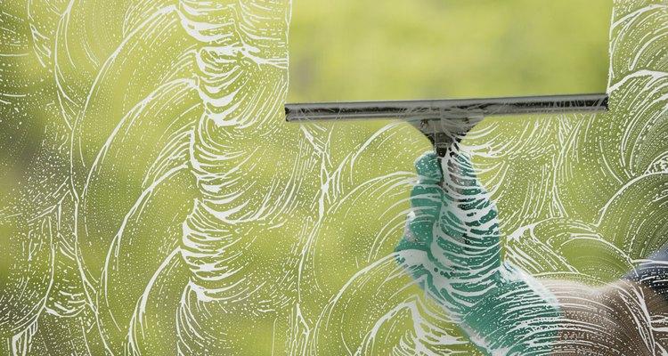 A diferencia del vidrio, las escobillas de goma no son ideales para limpiar el policarbonato Lexan.