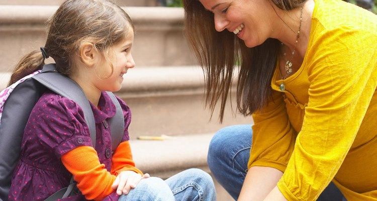 Averigua por qué tu hijo se niega a ir a la escuela y aborda el problema directamente.