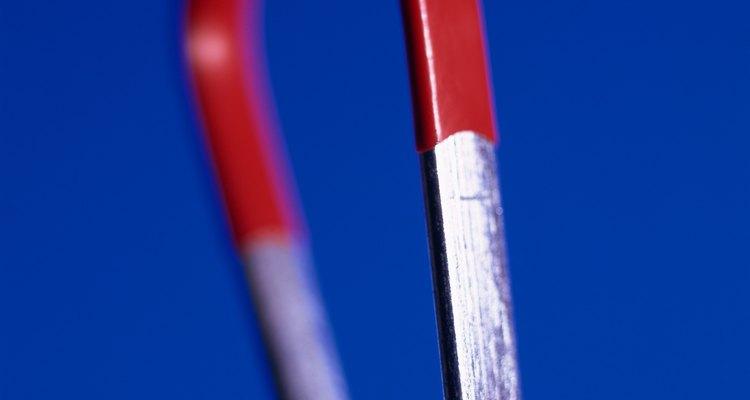 Pregos de ferro podem ser magnetizados ao serem tocados por um imã ou atingidos por um martelo