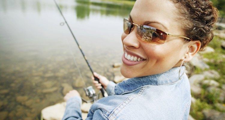 Mulher usando uma jaqueta jeans na pescaria