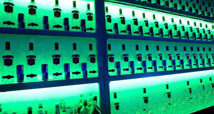 Descubra quais bebidas brilham em luz negra