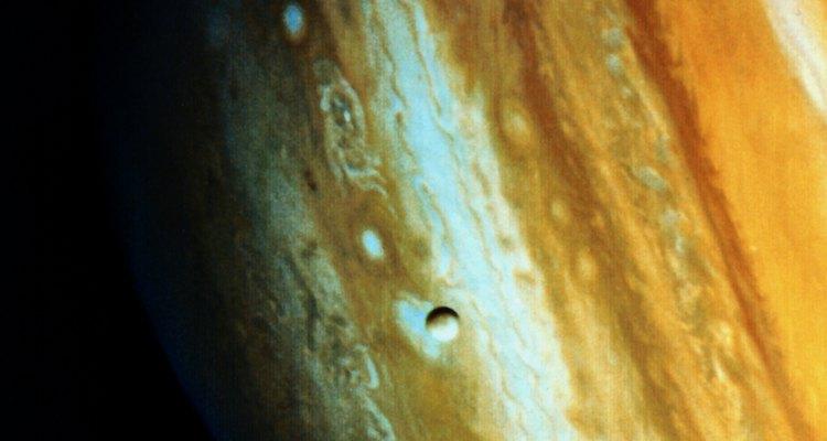 Fácilmente identificado por su gran punto rojo, Júpiter es orbitado por más de 60 satélites.