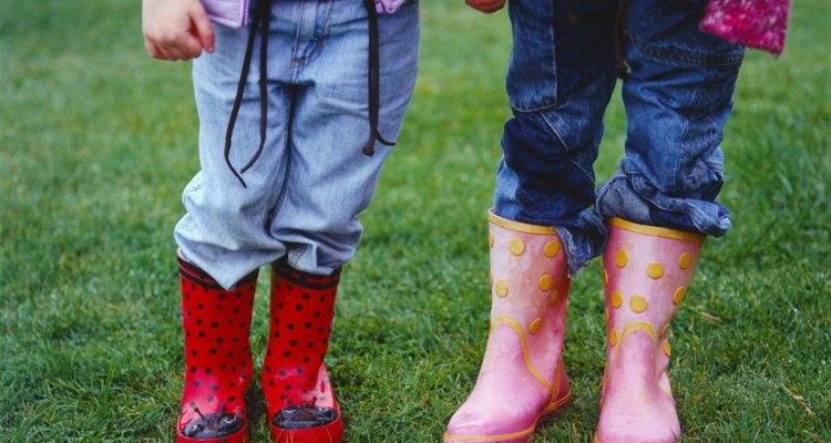 Niños usando botas de lluvia.