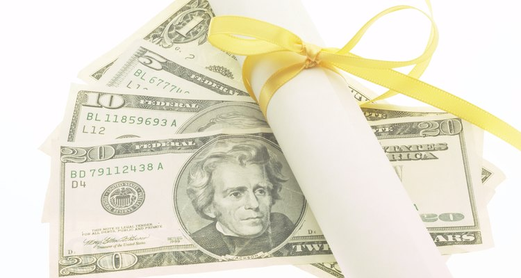 Un título en economía puede resultar financieramente gratificante para los recién graduados.