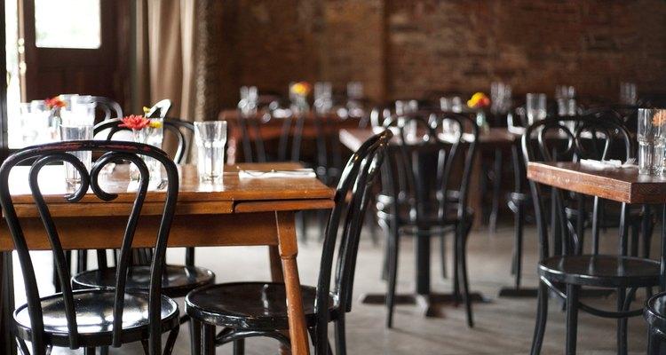Parte del trabajo de un servidor es asegurar que cada mesa en su área esté impecable.