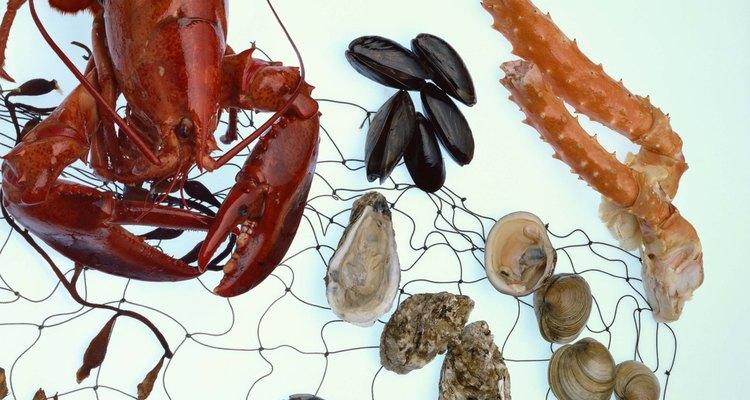 Cozinhar frutos do mar, como caranguejo e ostras a vapor, mantém a carne tenra