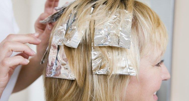 Los reflejos rubios se pueden colocar en tu cabello por medio de papeles de aluminio.