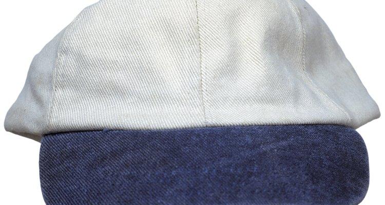 Puedes hacer invitaciones mas económicas con tela usando gorras de béisbol genéricas.