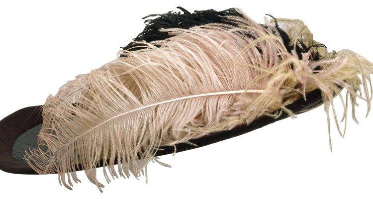 Los sombreros de mujer se hicieron más grandes durante el año 1900 y estaban adornados a menudo con plumas.