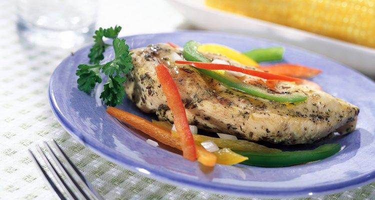 Pollo grillado con vegetales.