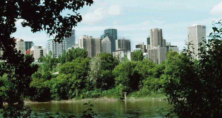 Haz una excursión delante del río North Saskatchewan a la vista de la ciudad de Edmonton.