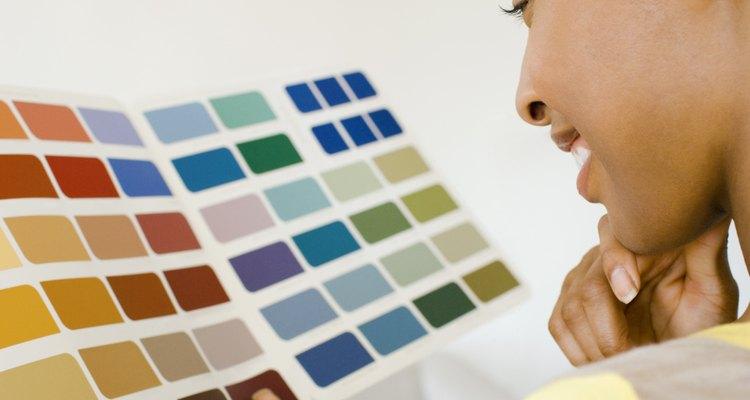 Paletas de cores sobre um fundo branco darão uma ideia melhor de como a cor ficará na parede