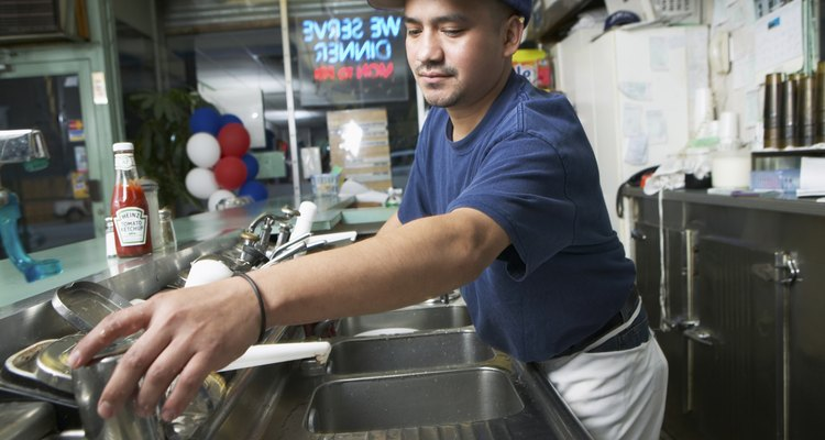 Como lavaplatos de restaurante espera ganar entre US$16.000 y US$20.000 por año.