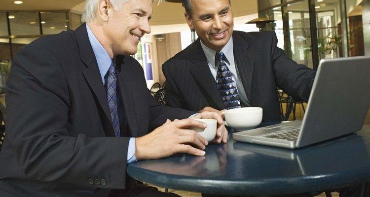 Clientes em um Café fazendo uso da internet Wi-Fi