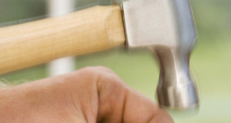 Usa el martillo y un clavo de madera por unidad de madera.