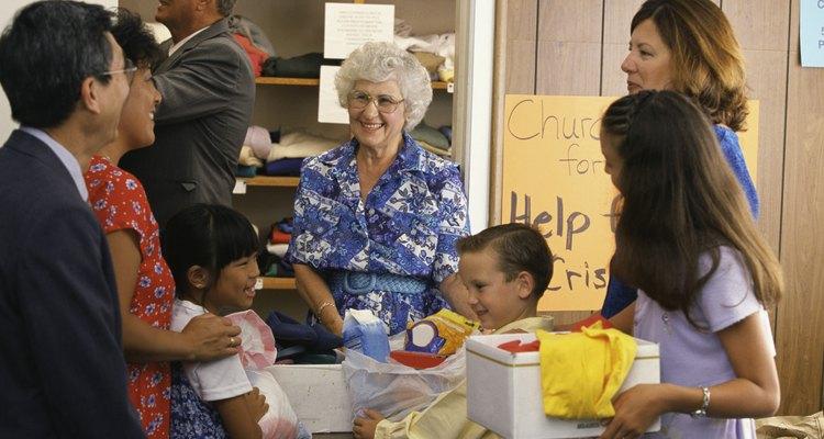 Mujer mayor que trabaja para la caridad.