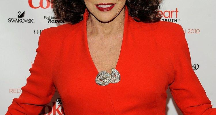 El look de Joan Collins con grandes hombreras de la década del 80, en 2010.