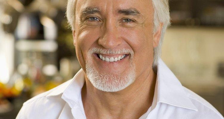 La barba de cabello canoso se encuentra comúnmente en los caballeros mayores.