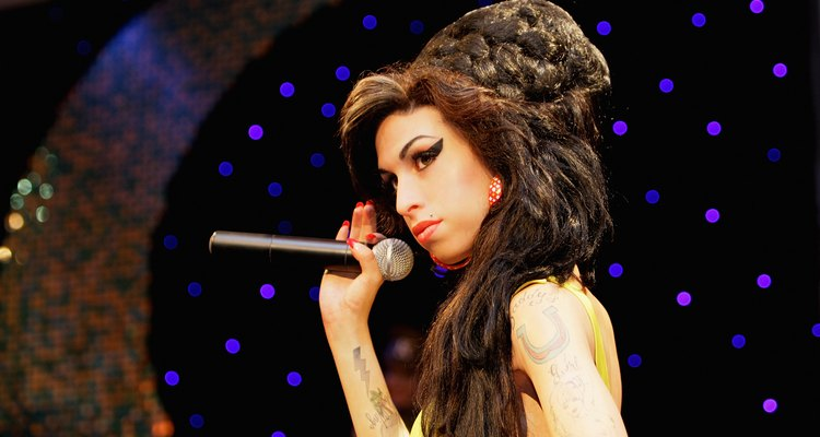 Penteados espalhafatosos, como o de Amy Winehouse, despertam a suspeita dos funcionários das cadeias
