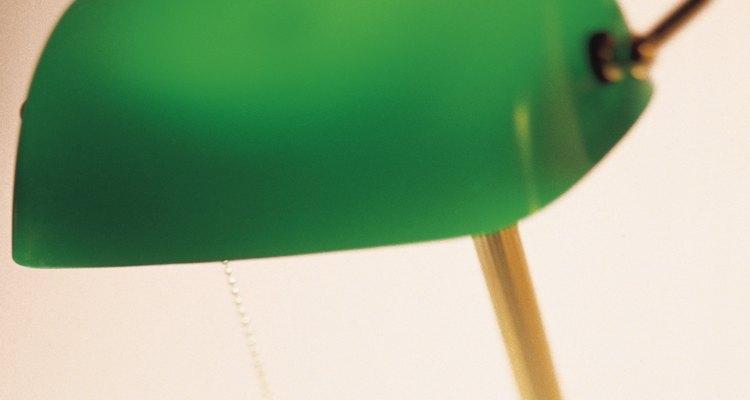 Um interruptor pera facilita o processo de ligar e desligar uma luminária
