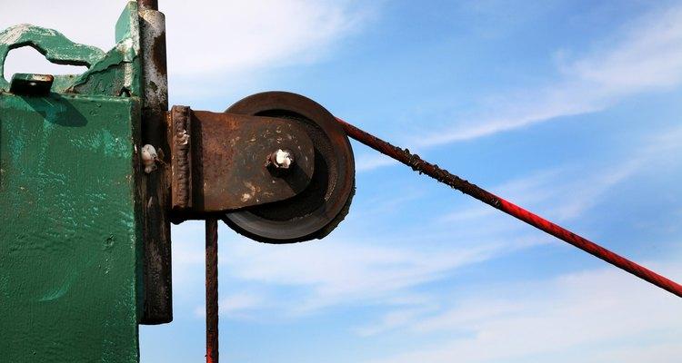 A velocidade tangencial é o produto da velocidade angular e o raio