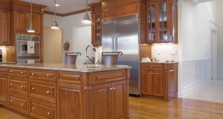 Coloque azulejos na bancada de fórmica e dê um ar completamente novo à sua cozinha
