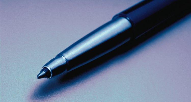 Uma caneta esferográfica permitirá que consiga empurrar facilmente a esfera rolante para fora da embalagem