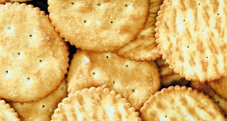 Triture bolachas para usar como farinha de rosca e empanar alimentos