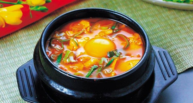 Usa huevo para darle más cuerpo a los caldos.