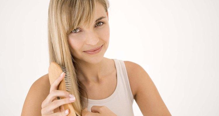 Los champús secos están diseñados para absorber la grasitud y puedes aplicarlos tan sólo cepillándo el cabello.