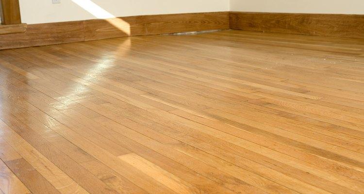 Mantén tus pisos de madera encerados sin usar químicos dañinos.