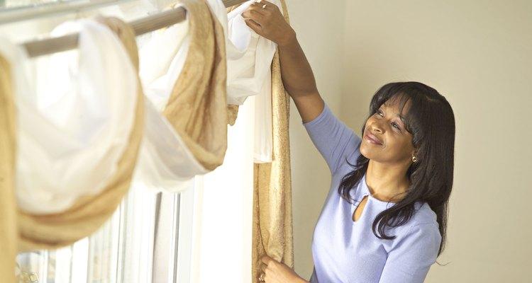 Puedes hacer cortinas únicasde manera barata, sencilla y con pocas herramientas.