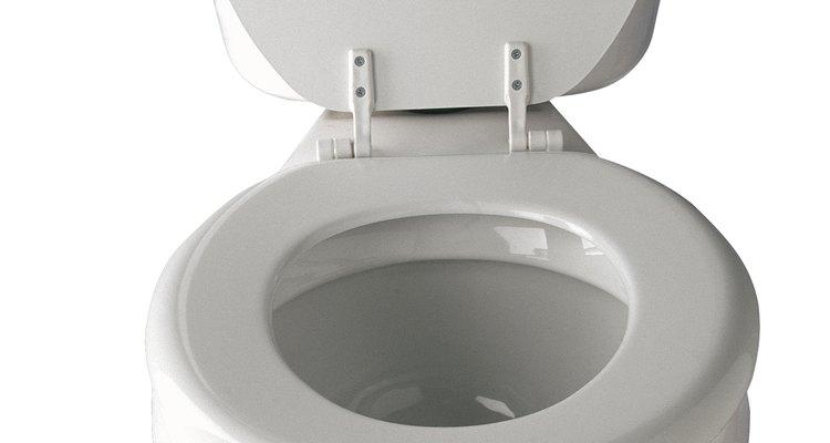 Con el tiempo, un tanque de inodoro puede soltarse y empezar a gotear.