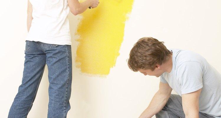 Usa pintura texturizada para esconder imperfecciones en la pared cuando pintes una habitación.