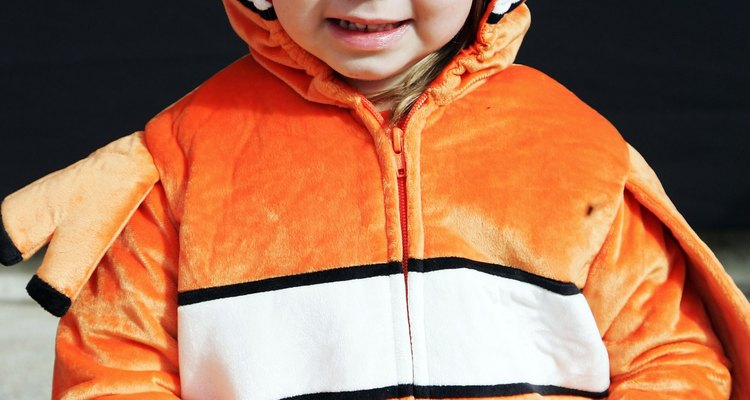 Disfrazarte de Dory es una excelente manera de combinar con tu pequeño pez payaso.