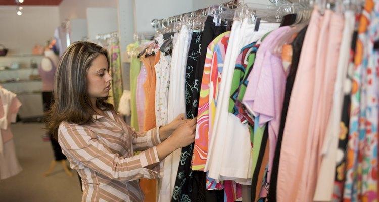 Mujer mirando ropa en una tienda Ann Taylor.