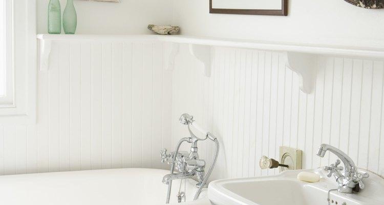 Las líneas de suministro de agua para los inodoros deben tener válvulas de cierre conectadas a ellas.