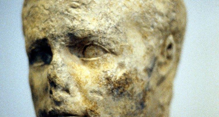 Muchos historiadores antiguos relataron que Alejandro Magno desmanteló las ruinas de la Torre de Babel con la intención de reconstruirla.