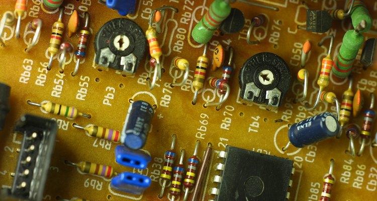 Varistores protegem os circuitos contra picos de alta tensão, como surtos de descargas atmosféricas