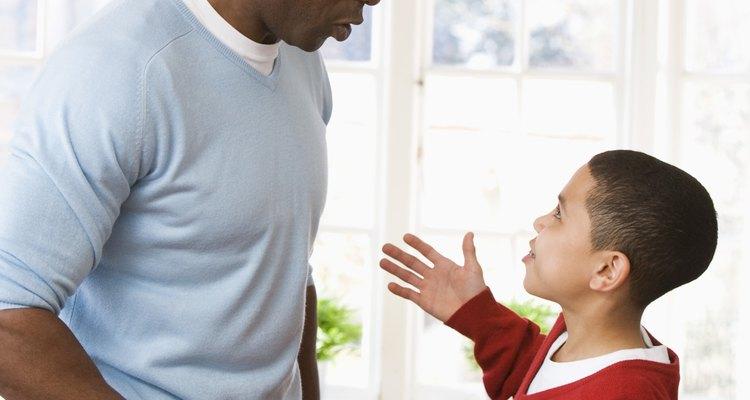 Enseña otras alternativa. Si tu hijo decide ser desafiante, alterna juegos de rol.