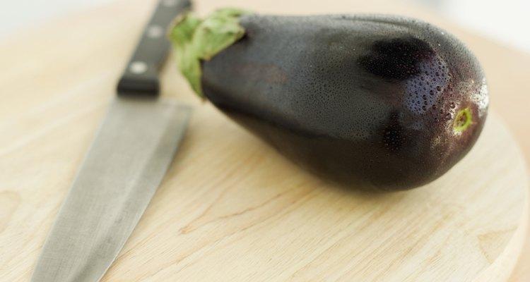 A berinjela é fonte de minerais e vitaminas, além de auxiliar no combate ao alto colesterol