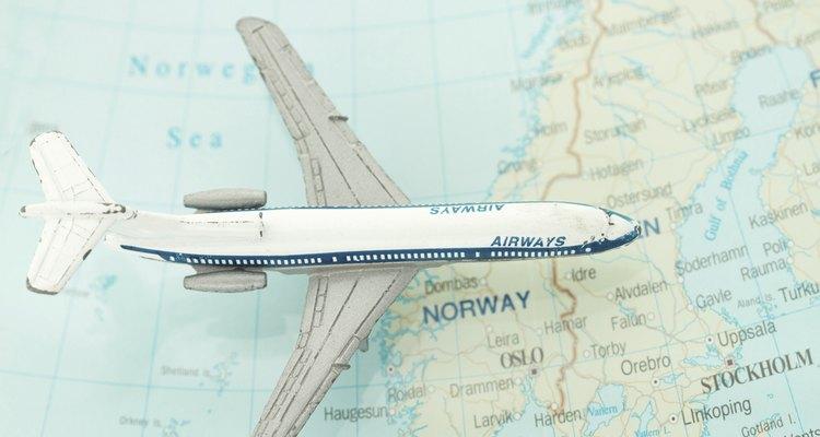 Un avión y un mapa.