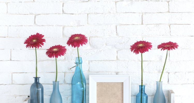 Aquela garrafa de vidro esquecida pode virar um delicado vaso de flores